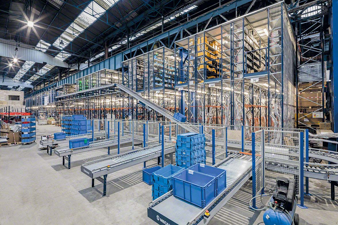 Automated warehouse equipped with conveyors