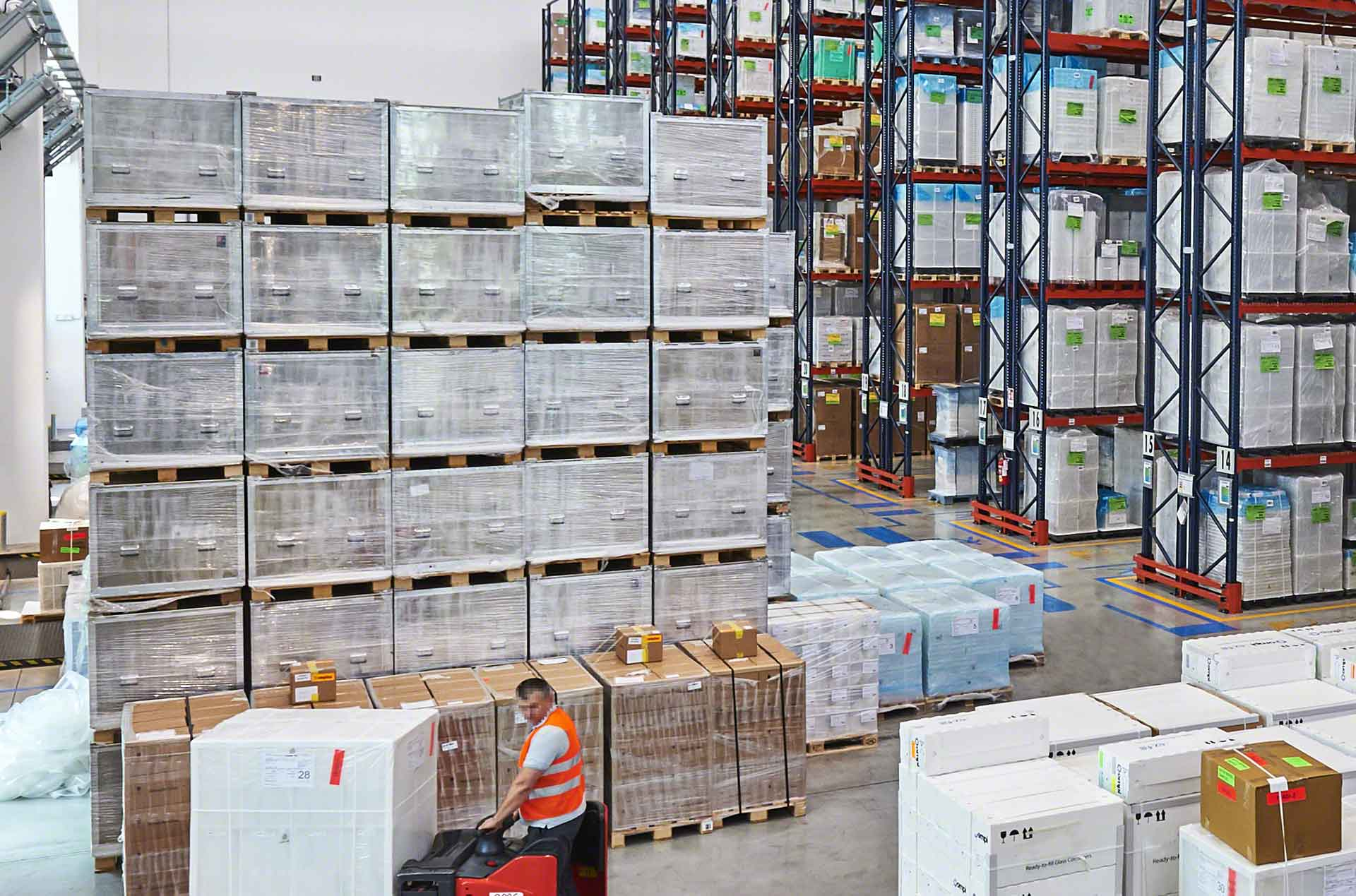 Block stacking consists of stacking goods on the floor of the warehouse