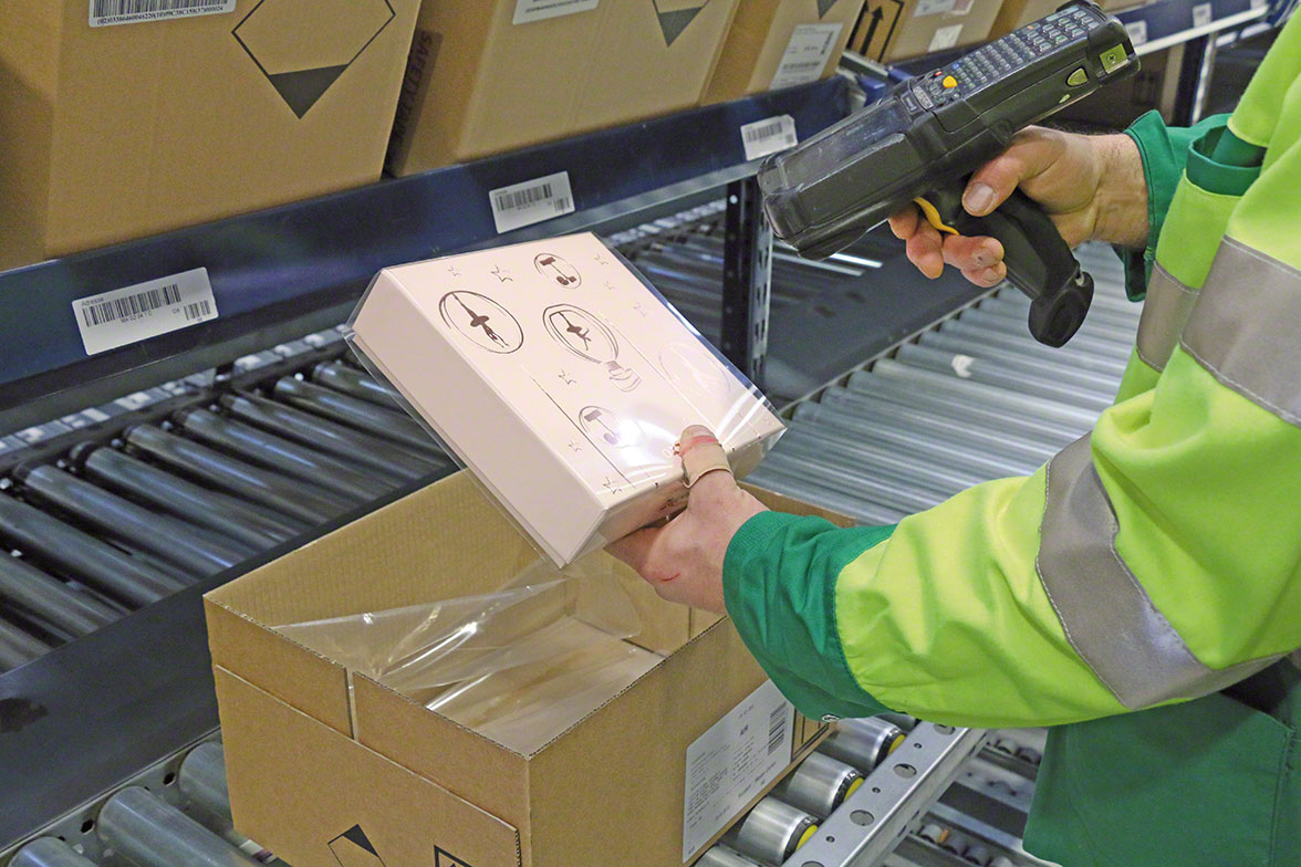 Operator retrieves item using a radiofrequency device connected to the picking software