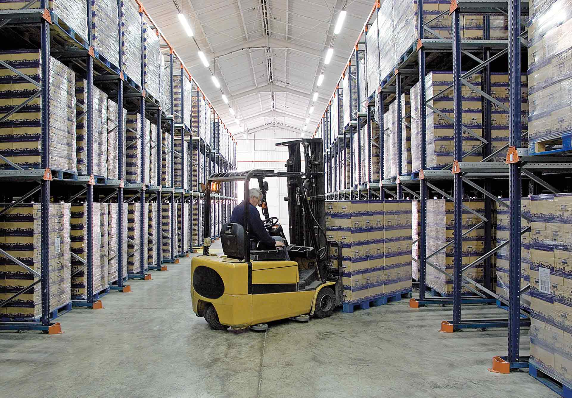 Operator picking up goods with a forklift as an example of a man-to-goods order fulfillment system