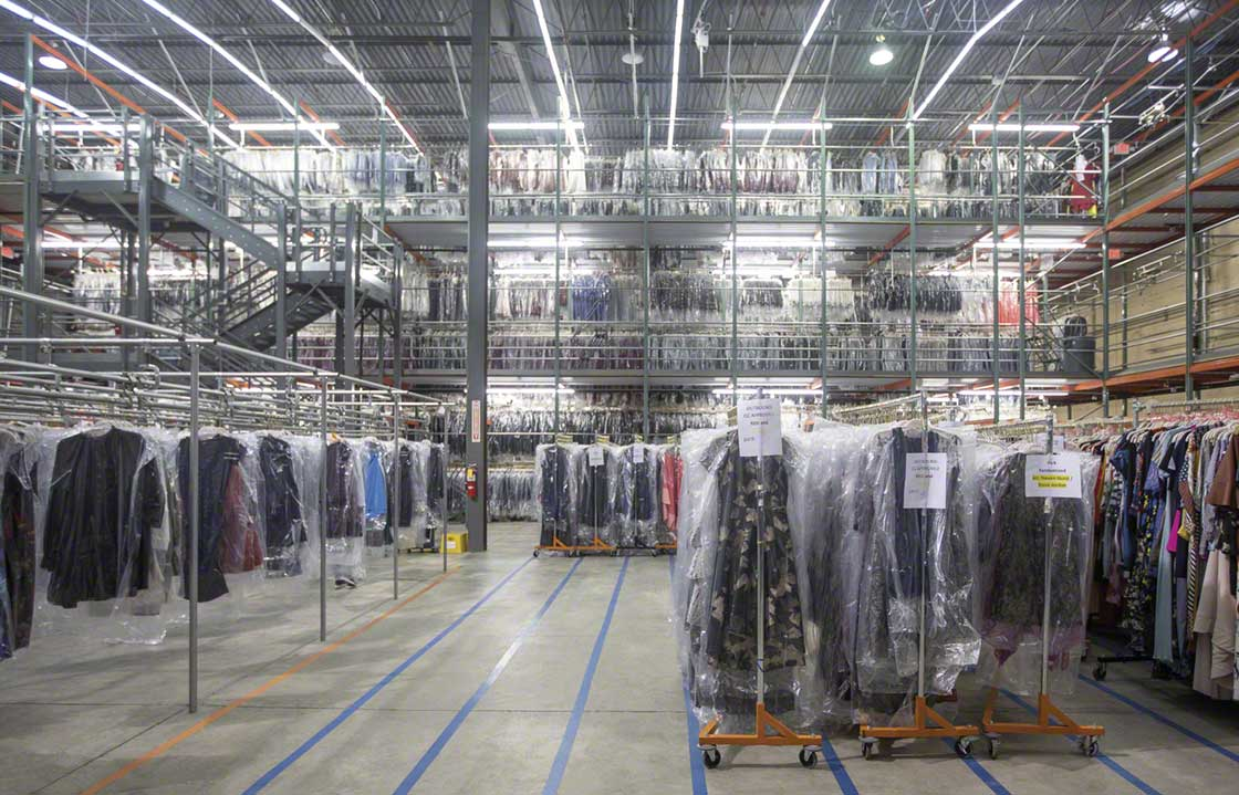 Pick modules with raised walkways at the Rent the Runway warehouse