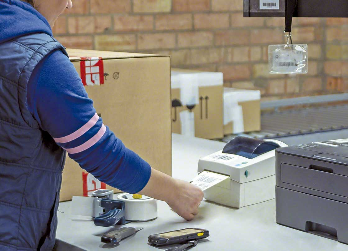 Prepared orders are finalized in the consolidation and packaging area before being sent to the dispatch zone