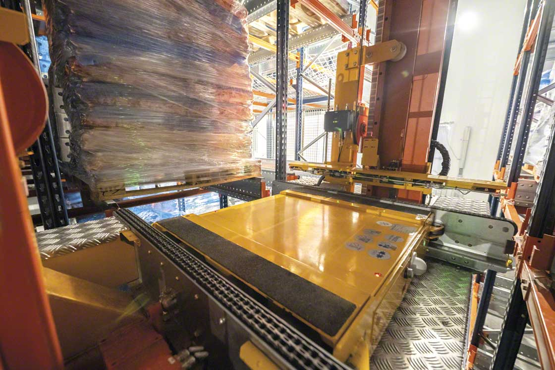 The stacker crane deposits the Pallet Shuttle in the corresponding location to insert or remove the goods