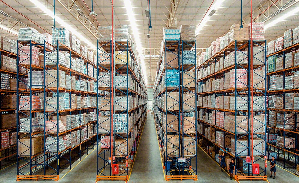 Armazém Mateus equipped its Davinópolis (Brazil) distribution center with selective pallet racks by Interlake Mecalux