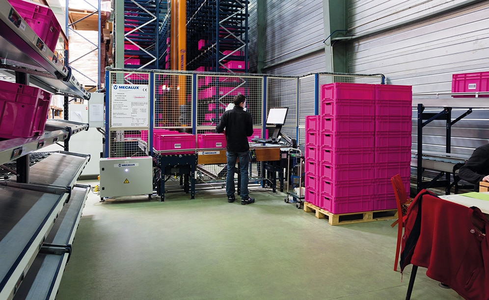 The automated miniload warehouse in SCD Luisina stores more than 4,000 boxes of medium and small-sized products