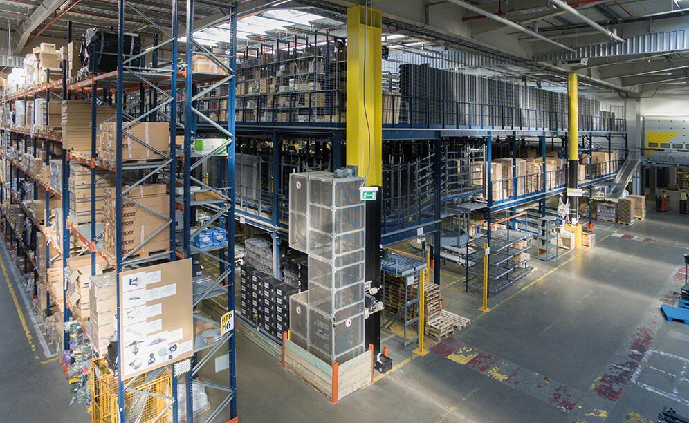 3LP S.A. has a huge logistics centre with a 35,000 pallet capacity. . Here Mecalux has supplied selective pallet racking, flow racks, a mezzanine and a pick module with three walkway levels