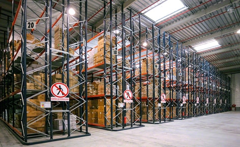 Selective pallet racking with wire shelves and a conveyor circuit multiply picking efficiency in a major toy manufacturer