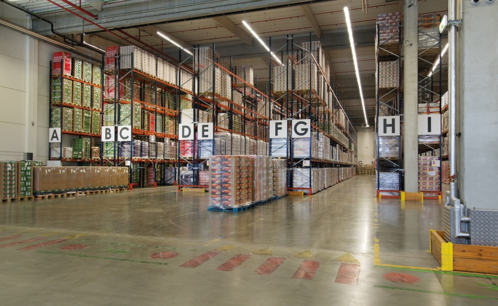 A total of 4,800 pallets is the storage capacity offered by the seven double-depth pallet racks and two single-depth ones are 29' high and 190' long, installed by Mecalux