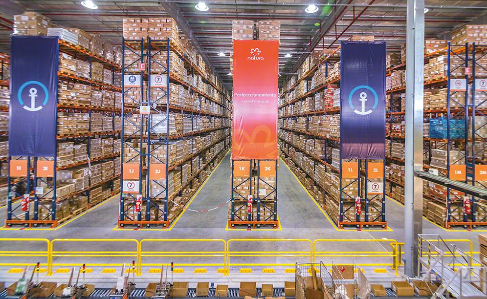 Interlake Mecalux has supplied Natura Cosméticos with 26' high selective pallet racks where more than 18,000 pallets are stored