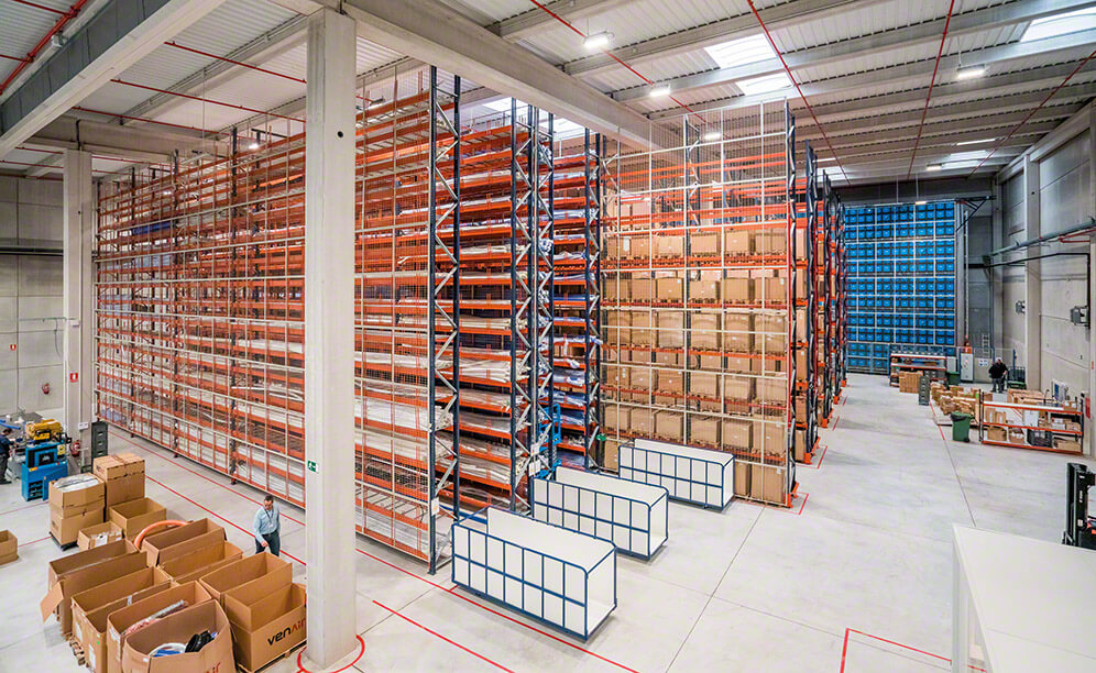 The Venair warehouse is equipped with three different storage systems by Mecalux: pallet racking, narrow aisle racking and an automated miniload system