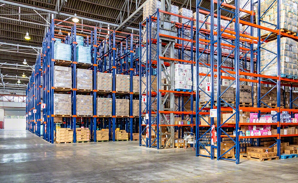 Pallet racks and drive-in racks in the Caromar warehouse