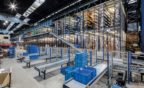 Picking shelves with walkways and a complete conveyor circuit boost e-commerce sales of a spare parts distributor to the automotive sector