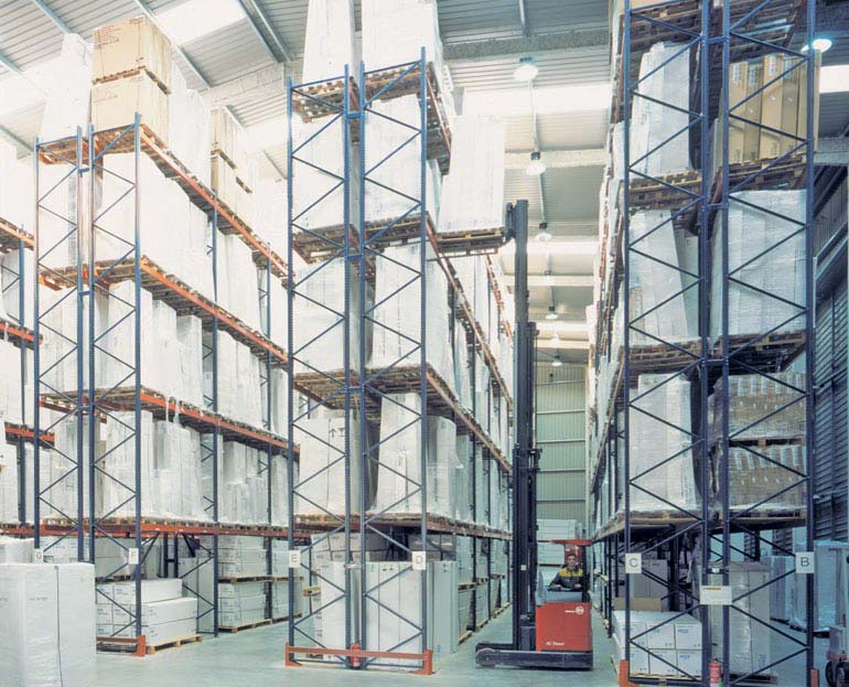 Selective pallet rack installation in a logistics operator