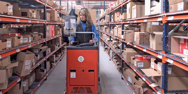 OOperator carrying out picking tasks with a order picker machine.
