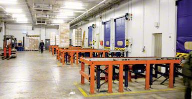 Dock with intermediate platform in a cold storage installation.