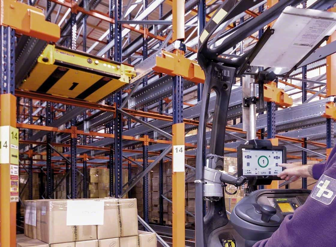 A operator controls the semi-automatic Pallet Shuttle from the handling vehicle
