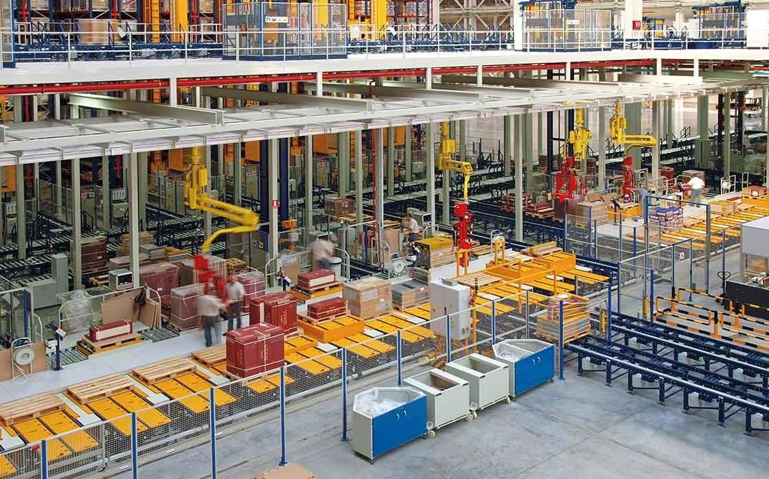 Manual picking area in the Porcelanosa Group warehouse, where the safety and ergonomics of workers are top priorities.