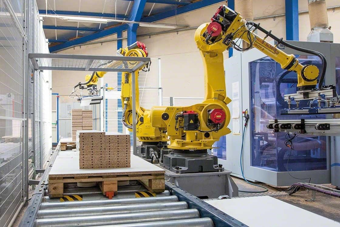 Mechanical arms palletize goods in a roboticized warehouse
