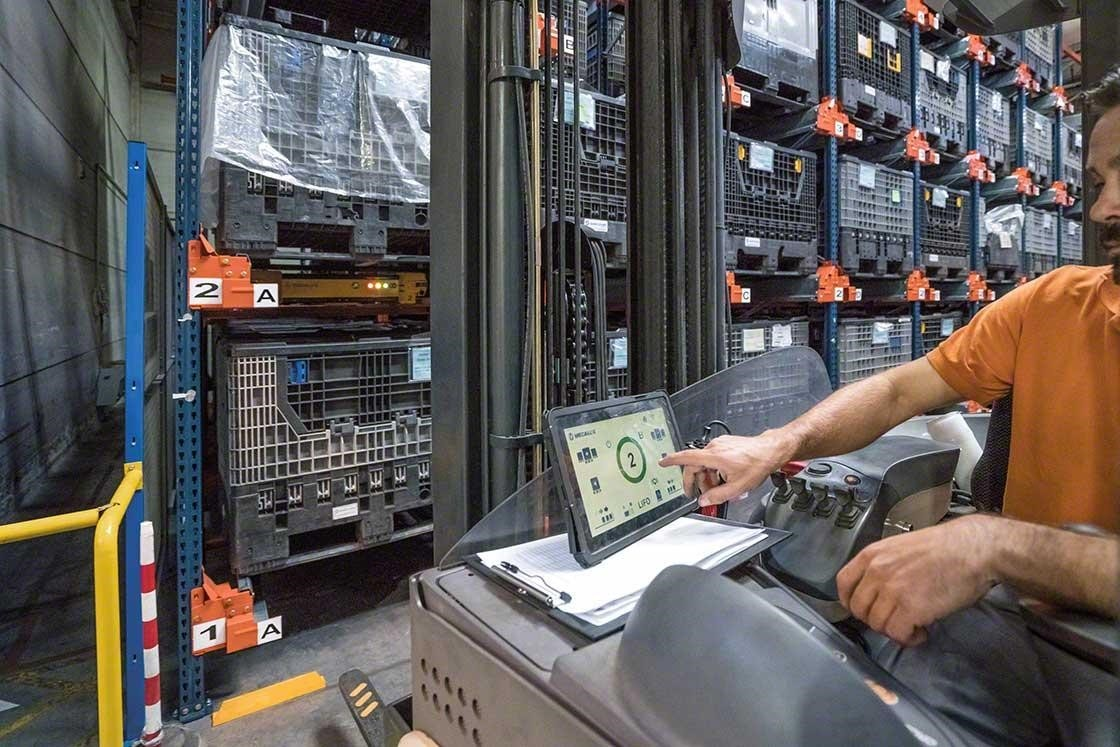 An operator manages the Pallet Shuttle from the forklift truck through a touch screen tablet.