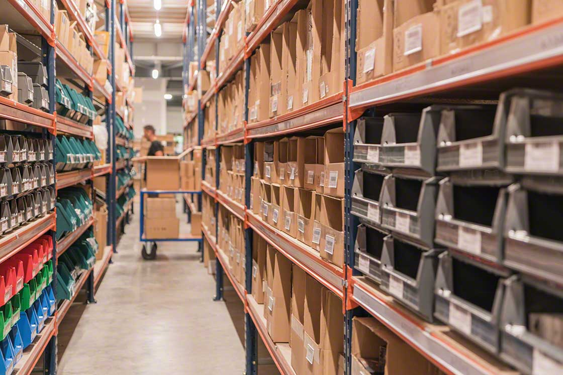 Pick-to-cart is recommended for warehouses with small products and moderate flows