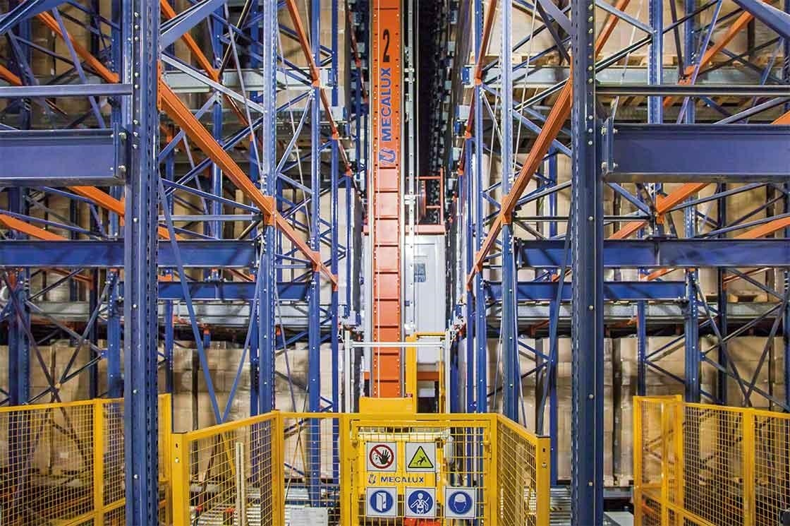 In this intelligent warehouse, stacker cranes operate in blocks of high-density racks.
