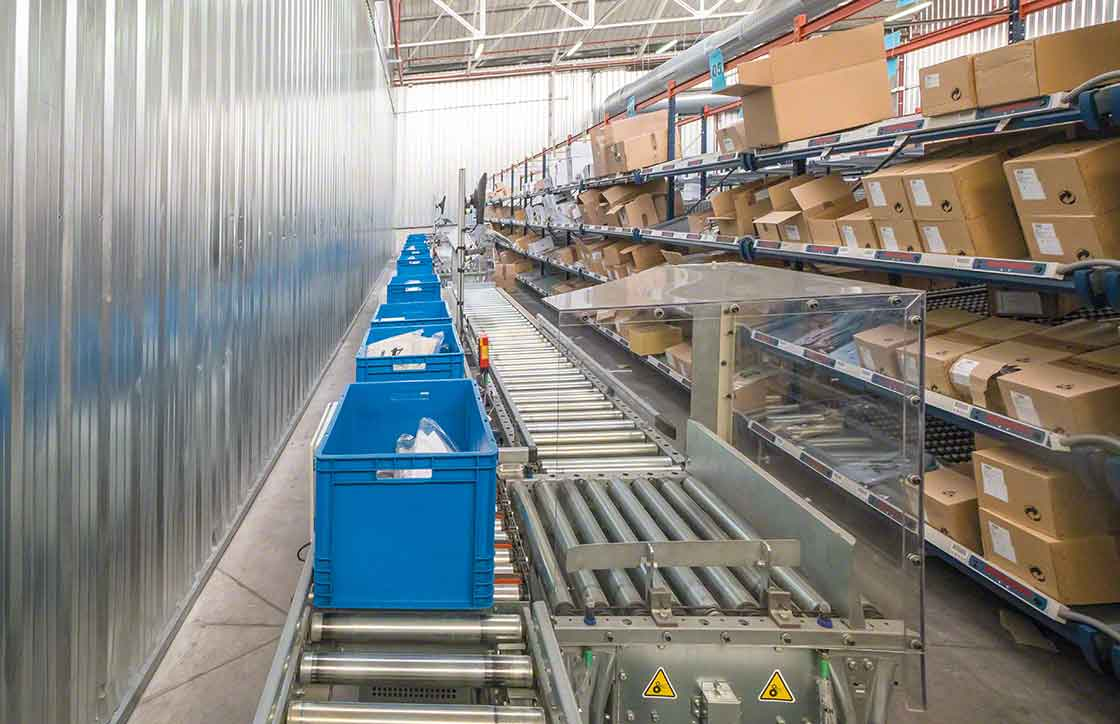 The picking area, located opposite the shelving, is equipped with a conveyor system for boxes, which facilitates load movements