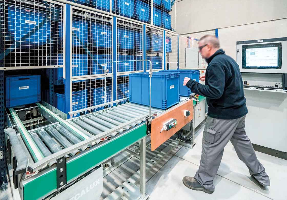 In automated warehouses for boxes, the picking area is located at the front of the miniload