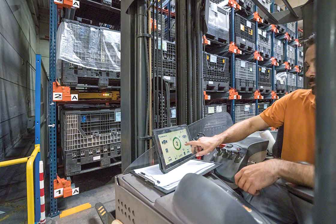 The Pallet Shuttle assists the operator with load extraction tasks, automating part of the process