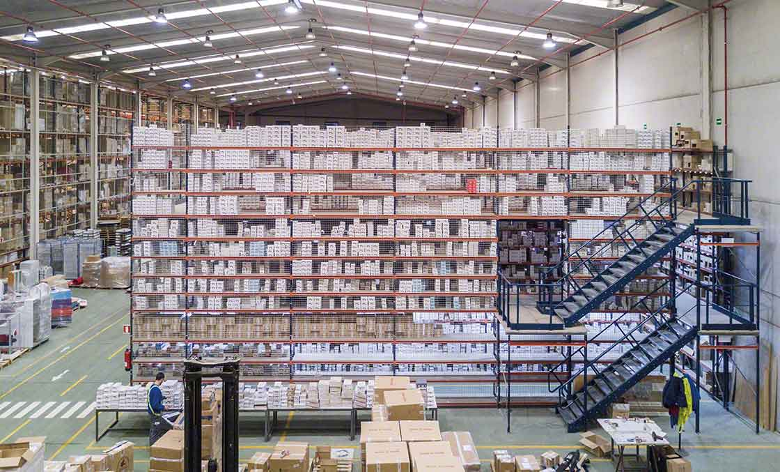 Raised walkways help to optimize space in the warehouses of logistics providers specializing in e-commerce