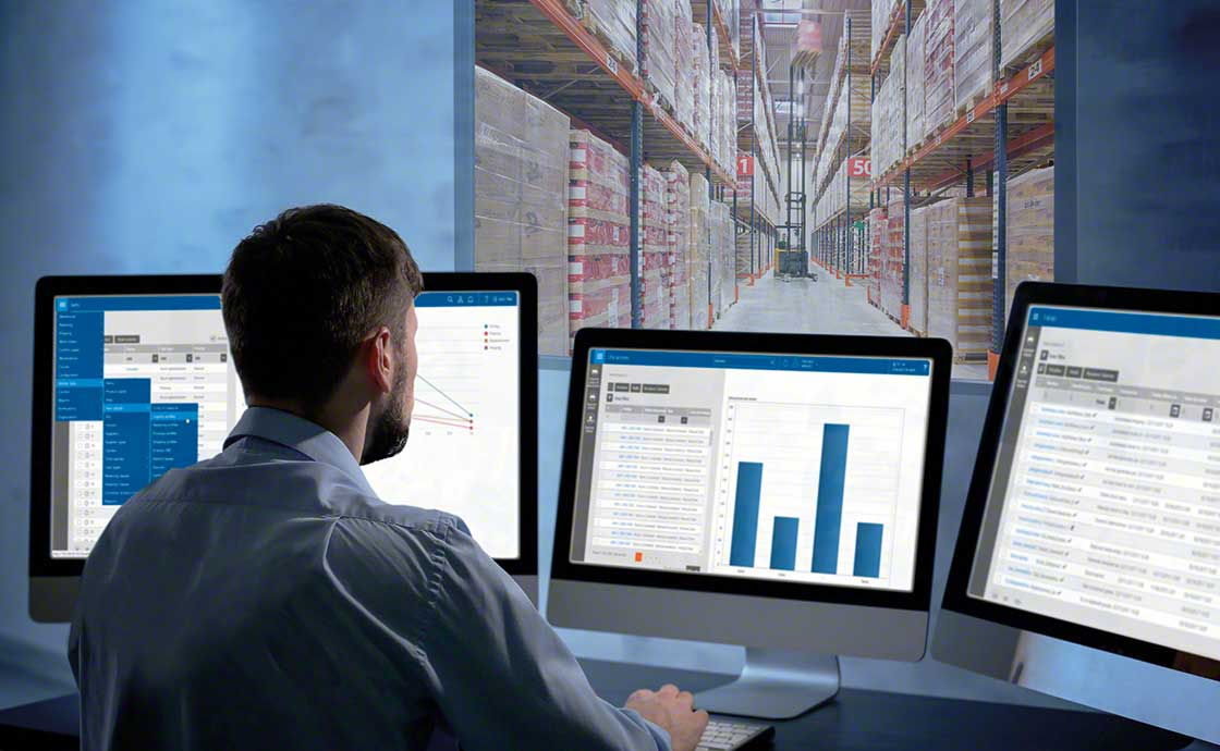 A team member controls the available stock thanks to a WMS that is rooted in your omnichannel logistics strategy.