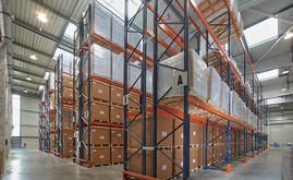 There are eight double and two central racks attached to the wall with a capacity for more than 1,800 pallets