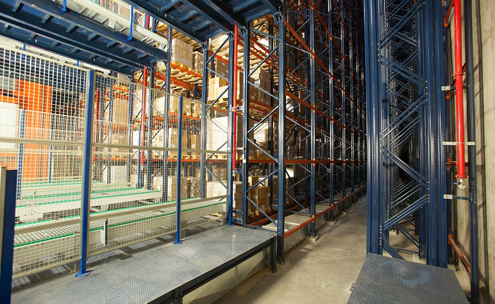 It consists of five aisles with single-depth racks on both sides with a deposit capacity of more than 10,000 pallets