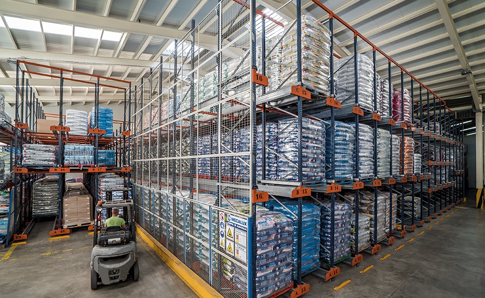 the new Alinatur warehouse stores 1,500 pallets, in an area of only 6,189 ft2, spread over 62 channels that are 43', 69' and 75' long