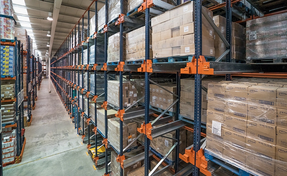 Mecalux has supplied a high-density block of racks served by the Pallet Shuttle, consisting of five levels that are 28' high